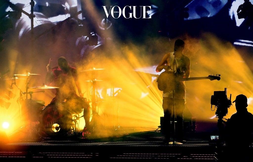 11월 19일에 열리는 아메리칸 뮤직 어워드(AMAs)에 K-POP 그룹 최초로 공식 초대되었기 때문이죠. 방탄소년단은 'DNA'으로 공연을 펼칠 예정립니다. 이 공연은 지상파 채널 ABC를 통해 미국 전역에 생중계될 예정이죠.
