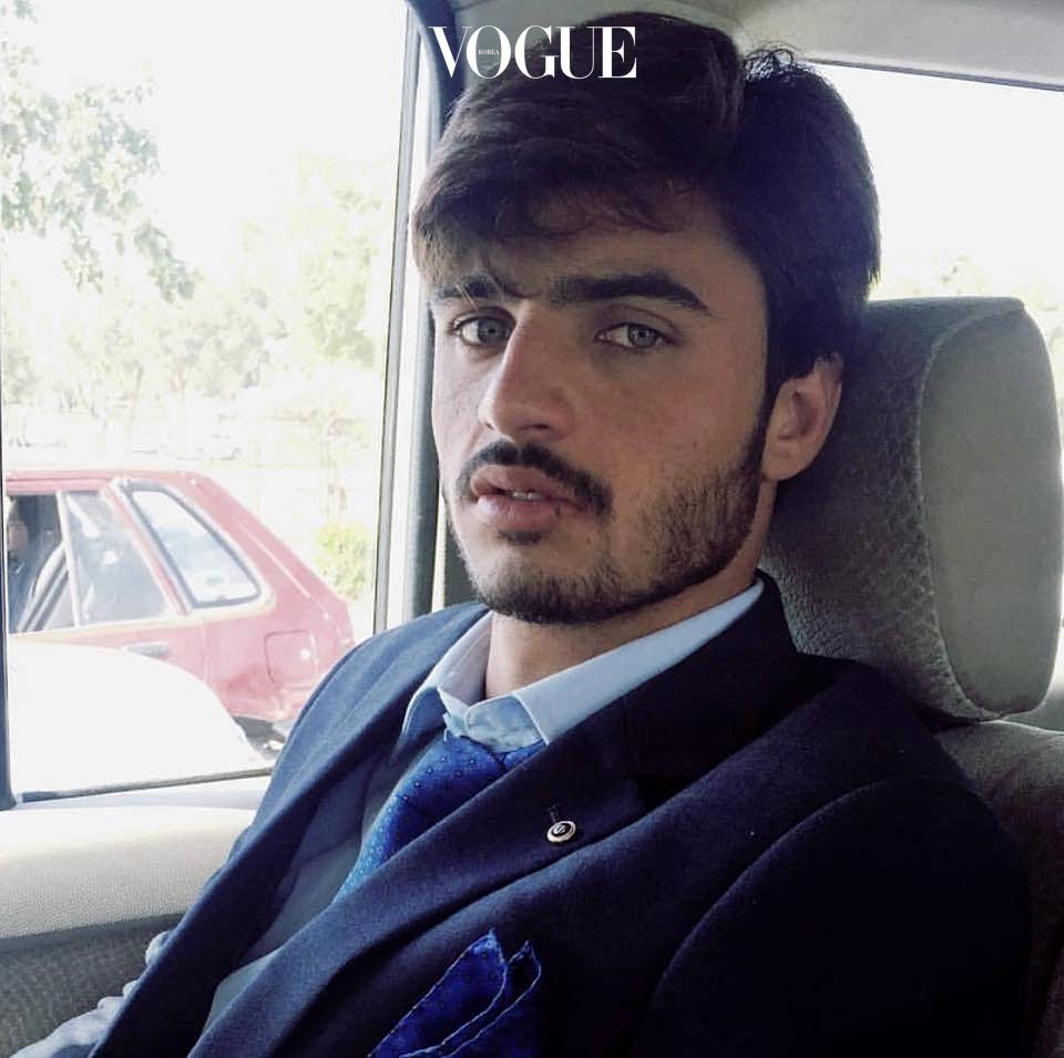 포토그래퍼 지아 알리(Jiah Ali)가 자신의 인스타그램에 '차이왈라(Chaiwala); 차를 파는 사람이라는 뜻의 파키스탄어'라는 단어와 함께 올린 그의 사진이 말 그대로 폭발적인 반향을 이끌었거든요. 페이스북 @arshadkhanaccount