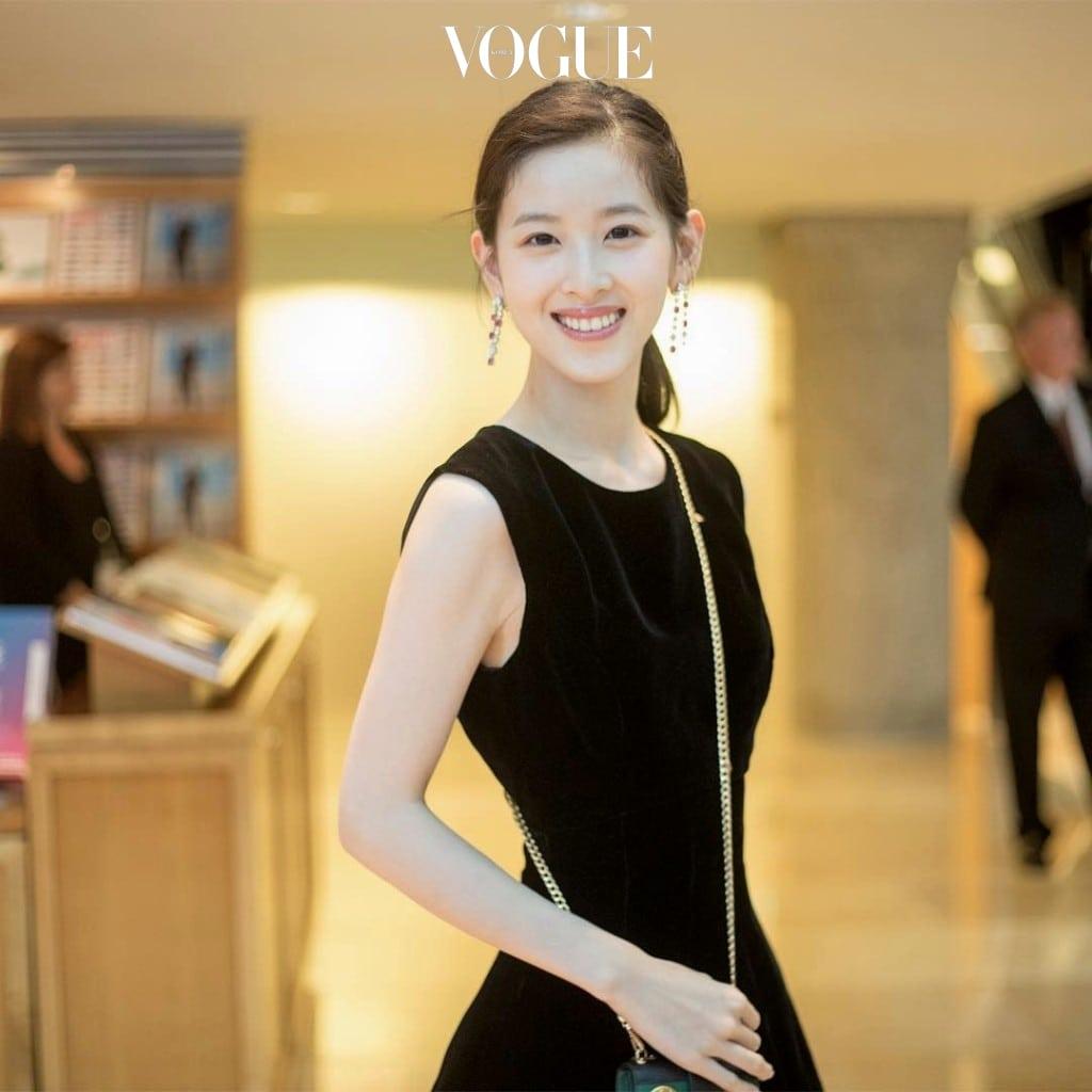 그렇게 '얼짱녀'로 인기를 끌던 장저티엔의 주가가 더욱 높아지게 된 것은 2011년 그녀가 대학교에 입학하면서부터. @zetianzzz