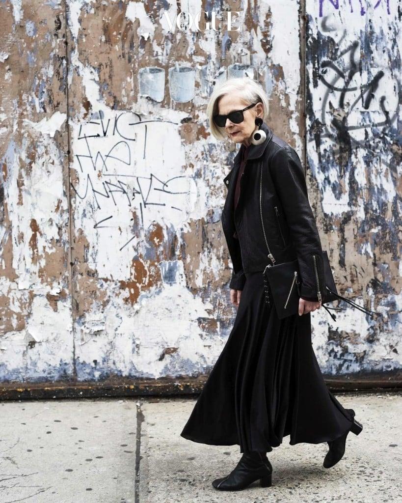 은발의 헤어스타일에 검정 수트를 입고 럭셔리 브랜드 아이템을 걸친 그녀의 세련된 스타일은 패션 피플로 오해받기에 충분했거든요.  @iconaccidental