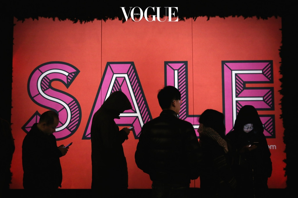 LONDON, ENGLAND - DECEMBER 26:  Shoppers queue outside Selfridges ahead of the Boxing Day sales on December 26, 2015 in London, England. Boxing Day is one of the busiest days for retail outlets in Britain, with thousands taking advantage of the post-Christmas sale prices. (Photo by Dan Kitwood/Getty Images)