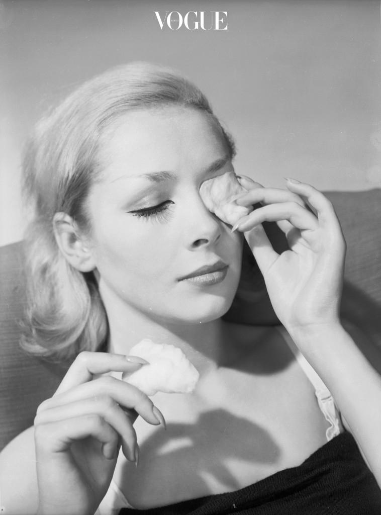 '잠이 보약'이라는 명언도 피부가 청결한 상태일 때 말입니다. 메이크업 잔여물이 남아있는 상태에서의 숙면은 피부를 상하게 하고 트러블을 유발할 뿐입니다. 성인 여드름 없이 깨끗한 피부를 갖고 싶다면 반드시 꼼꼼히 세안한 후에 잠자리에 드세요.