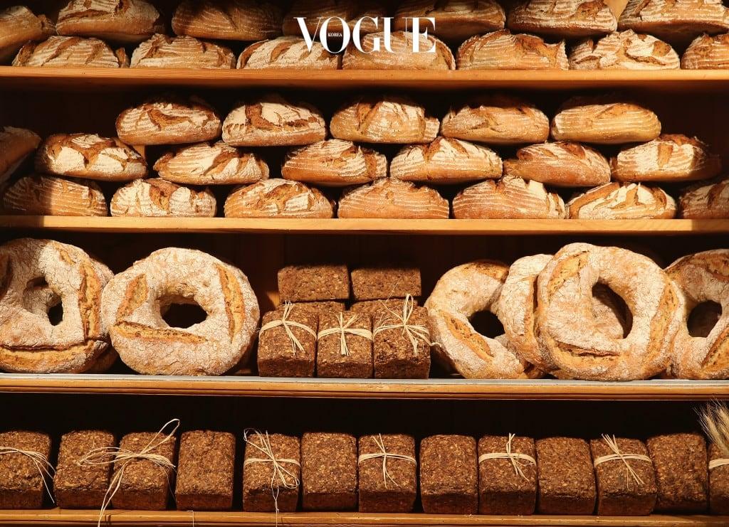 5 달콤한 디저트를 입에 달고 산다 무엇을 바르느냐 만큼 무엇을 먹느냐 역시 중요합니다. 연구 결과에 따르면, 흰 빵과 달콤한 디저트 같은 고혈당 식품들은 피부 트러블을 유발하는 반면 과일이나 콩 같은 저혈당 식품은 피부를 맑게 합니다.