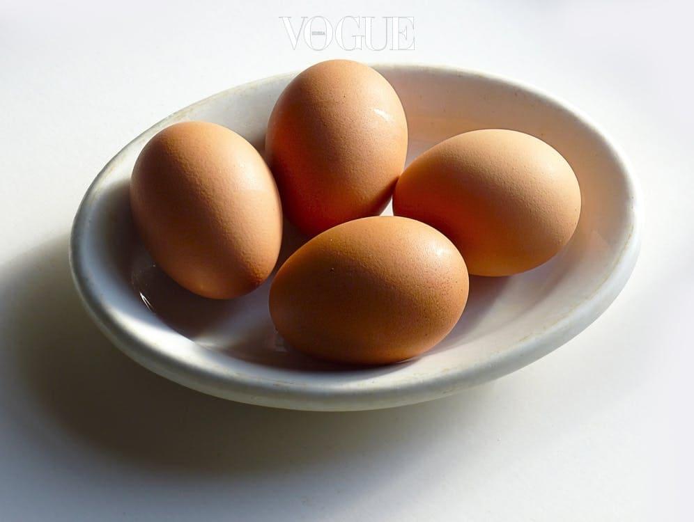대부분의 사람들은 시리얼이나 토스트와 같은 식단이 열량이 적을 것이라고 생각합니다. 당류가 많이 함유된 시리얼보다는 고단백 위주의 아침 식사 식단을 꾸리는게 좋습니다. 식욕이 조절되어 하루 섭취할 양 조절에도 큰 효과가 있답니다. 특히 계란이 들어간 식단은 체중을 감소시키는데 도움을 주고, 에너지를 효율적으로 사용할 수 있게 도와줍니다. 계란은 기름과 조리하는 것보다 수란으로 즐기는 것이 좋겠죠?