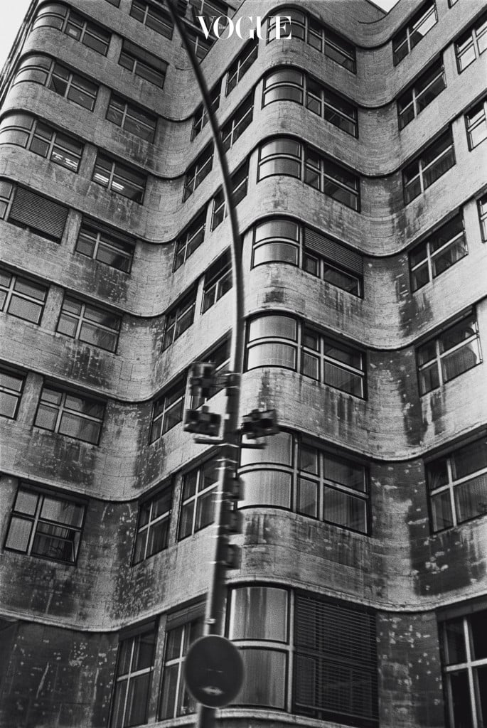 Peter Lindbergh, Berlin. 패션 사진의 양식을 창조한 전설 헬무트 뉴튼은 여생을 보낸 몬테카를로에서 '미묘한 유혹과 극단적 우아함'의 순간을 포착한다. 나체와 관음에 품격을 부여한 뉴튼은 흑백의 지중해 사진에서조차도 관능적 기운을 감지한다.