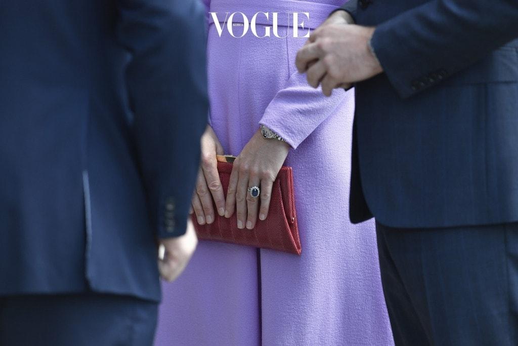 1 네일 컬러는 누드만 바른다 영국의 한 매체에 따르면 공식적인 왕실 행사에서 누드 톤의 매니큐어 외의 다른 컬러는 허용되지 않는다고 합니다. 왕세손비의 손톱이 새빨간 색으로 물든 모습은 평생 볼 수 없겠네요. 어쨌든 덕분에 그녀의 손이 더욱 길고 우아해 보이는 건 사실입니다.