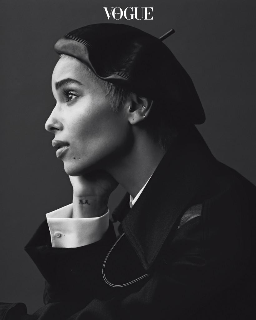 흰색 코튼 셔츠는 아제딘 알라이아(Azzedine Alaïa), 블랙 울 드레스는 스텔라 맥카트니(Stella McCartney), 가죽 베레는 디올(Dior).
