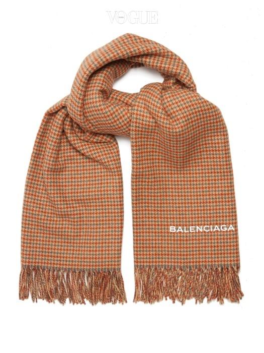 하운두 투스 블랭킷 스카프. 발렌시아가 제품. £725. >구매하러가기