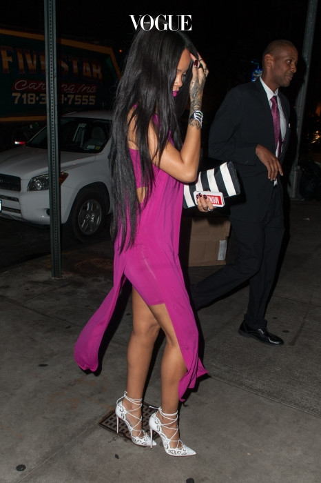 긴 생머리로 변신한 리한나의 여성스러운 모습!
