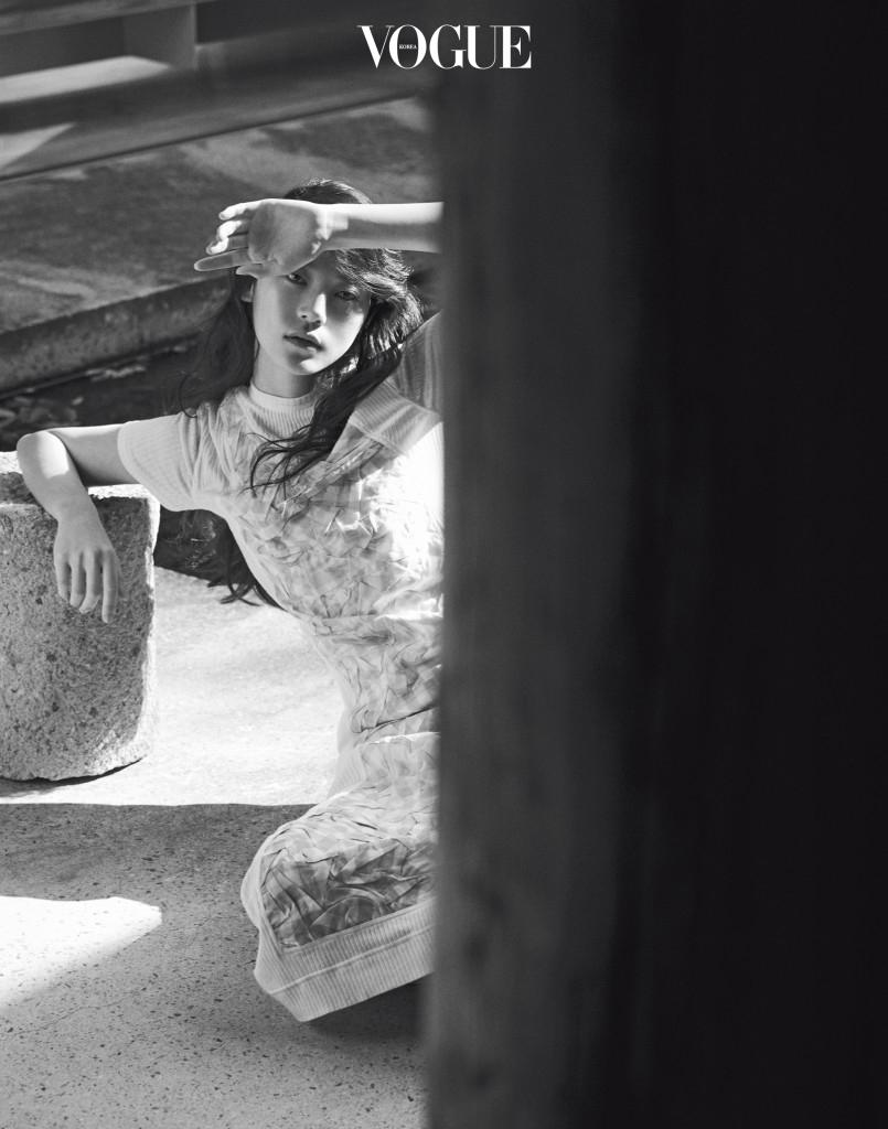 Work Craft 로에베 하우스의 장점은 뛰어난 공예 기술을 가진 장인이 가득하다는 것. 불규칙한 주름을 더한 깅엄 체크 소재에 아주 연약한 니트 소재를 더한 드레스 역시 그러한 기술이 돋보인다.