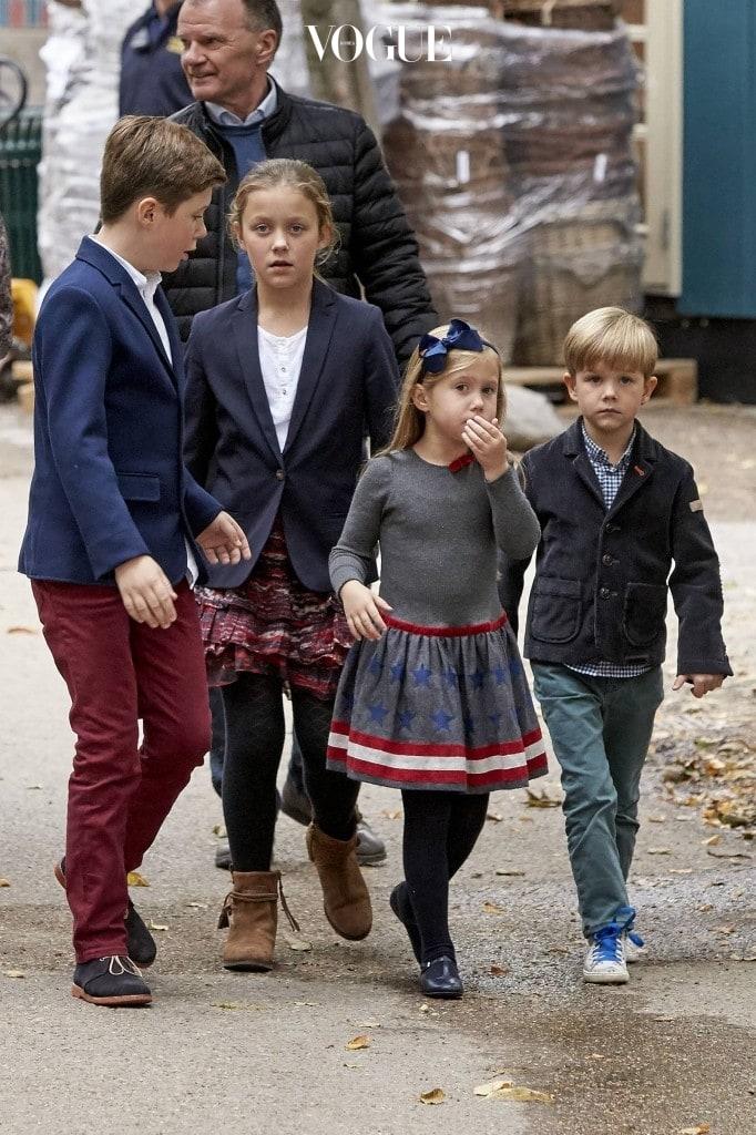 왕세자인 아빠, 크리스찬 왕자 그리고 이사벨라 공주에 이어 현재 왕위 계승 순위 4위랍니다.   Code: 08156KH Photo: Krestine Havemann / All Over Press Denmark Pictured: Prince Christian, Princess Isabella, Princess Josephine, Prince Vincent Ref: SPL1372981  131016   Picture by: Splash News Splash News and Pictures Los Angeles: 310-821-2666 New York:212-619-2666 London: 870-934-2666 photodesk@splashnews.com