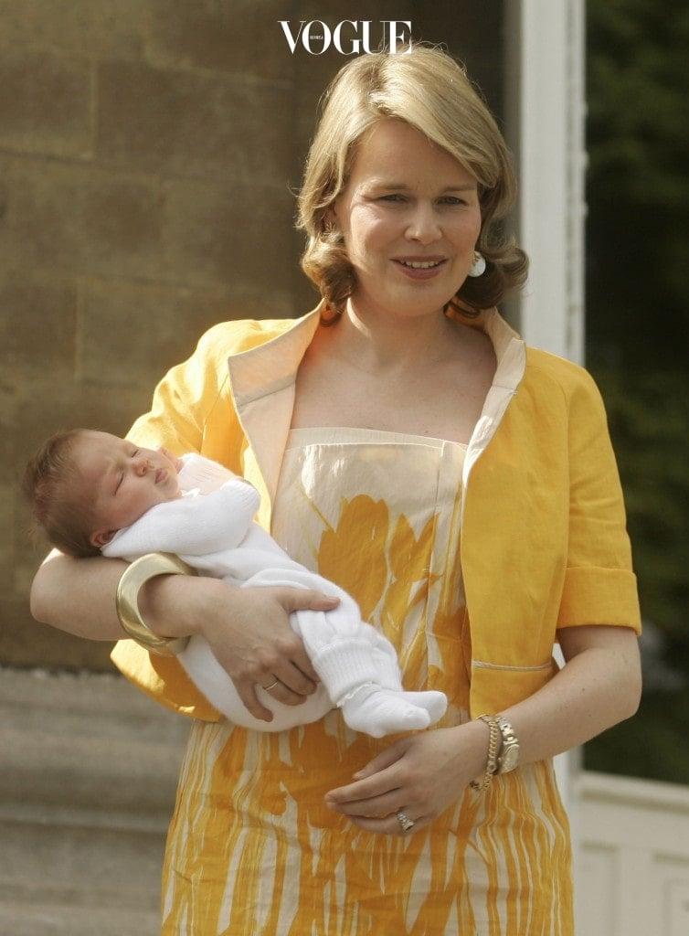 벨기에의 필리프 국왕과 마틸드 왕비 사이에서 태어난 둘째 딸로, 현재 벨기에의 왕위 계승 순위 4위이랍니다.