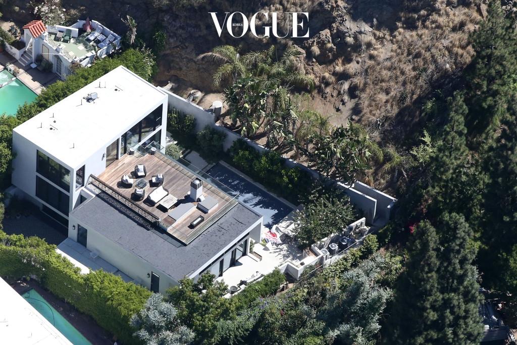 켄달은 2016년 7월, 영화 배우 에밀리 블런트(Emily Blunt)와 존 크래신스키(John Krasinski)부부에게 71억(650만달러)에 구입했습니다. 집 값이 그새 3억이나 올랐네요.