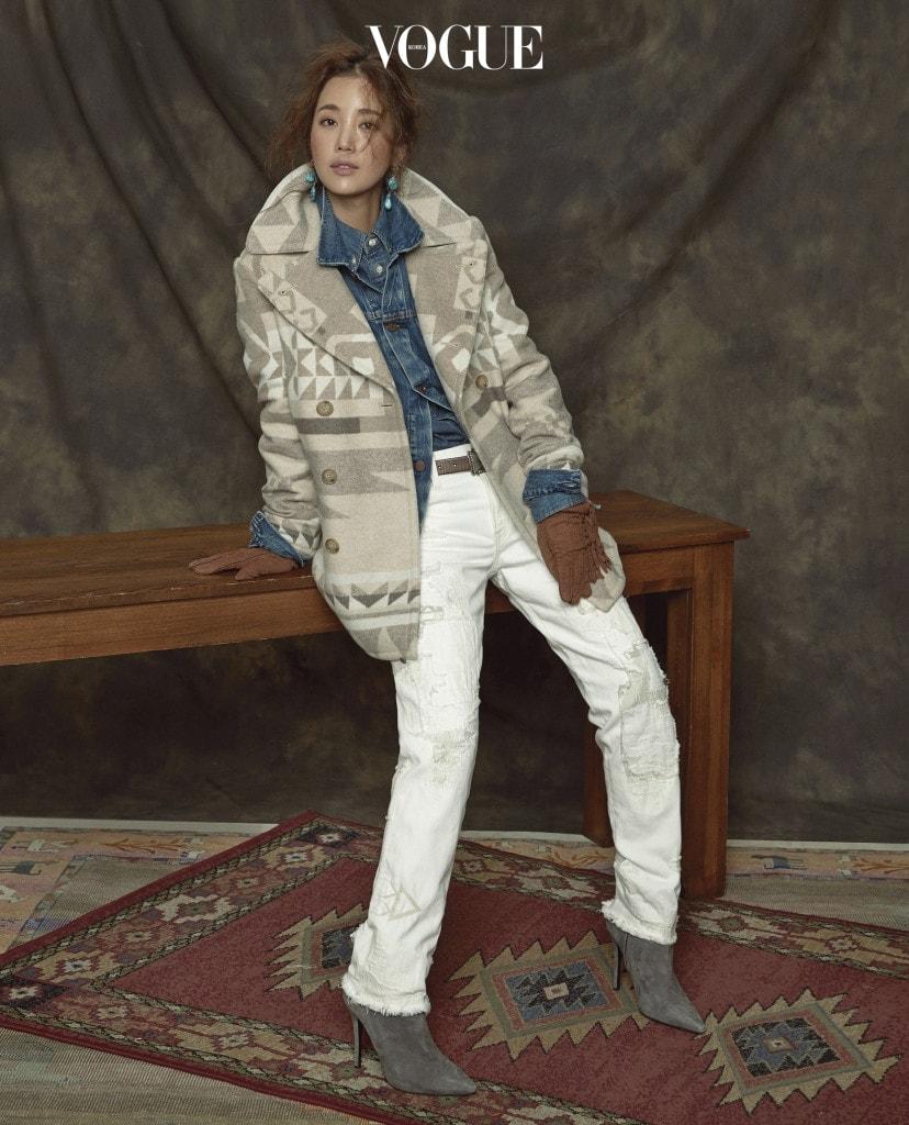 피코트와 데님 셔츠, 데님 재킷, 화이트 팬츠, 벨트, 슈즈, 장갑은 폴로 랄프 로렌(Polo Ralph Lauren), 터키석 귀고리는 에나 주얼리(Aena Jewelry).