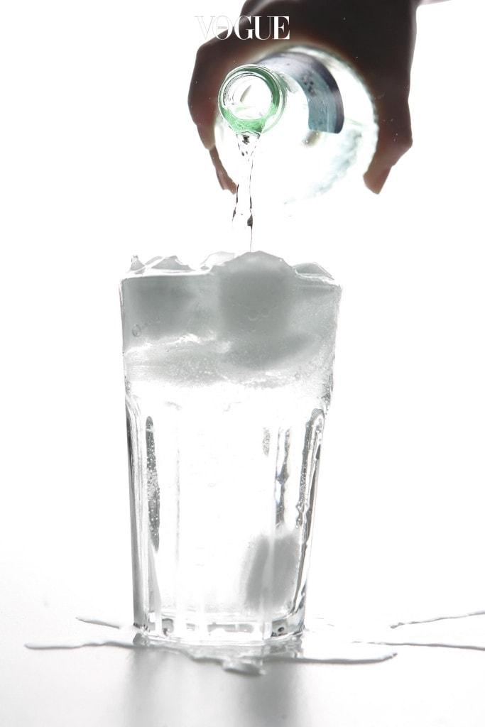 6 얼음으로 문질러라 얼음 조각 역시 해결책이 될 수 있습니다. 얼음으로 얼룩 부위를 살살 문지른 다음 차가운 물로 씻어주세요. 뜨거운 물로 씻으면 메이크업 얼룩이 지워지기는커녕 오히려 퍼질 수 있으니 주의하세요.