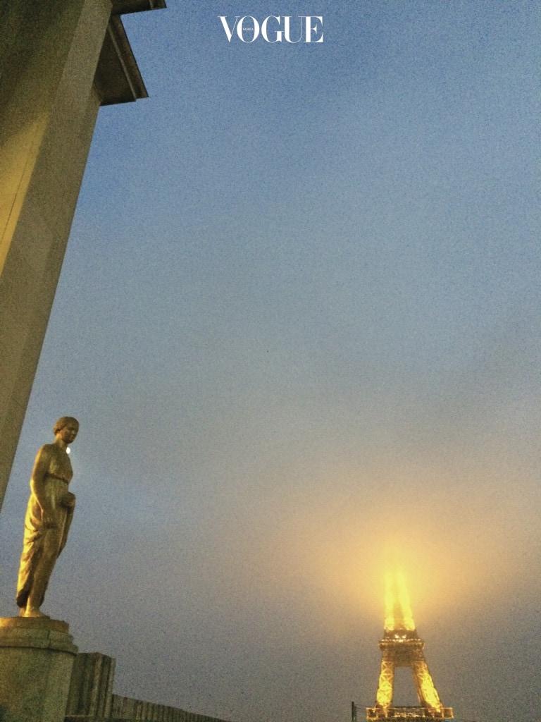 비 내리는 트로카데로 광장과 안개 속의 에펠탑,