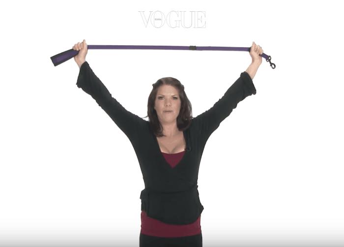 양팔을 넓게 벌려도 잡을 수 있을만큼 넉넉한 끈을 준비해 주세요. 양 손으로 끈의 양쪽 끝을 잡은 뒤 손을 하늘위로 천천히 올려줍니다.