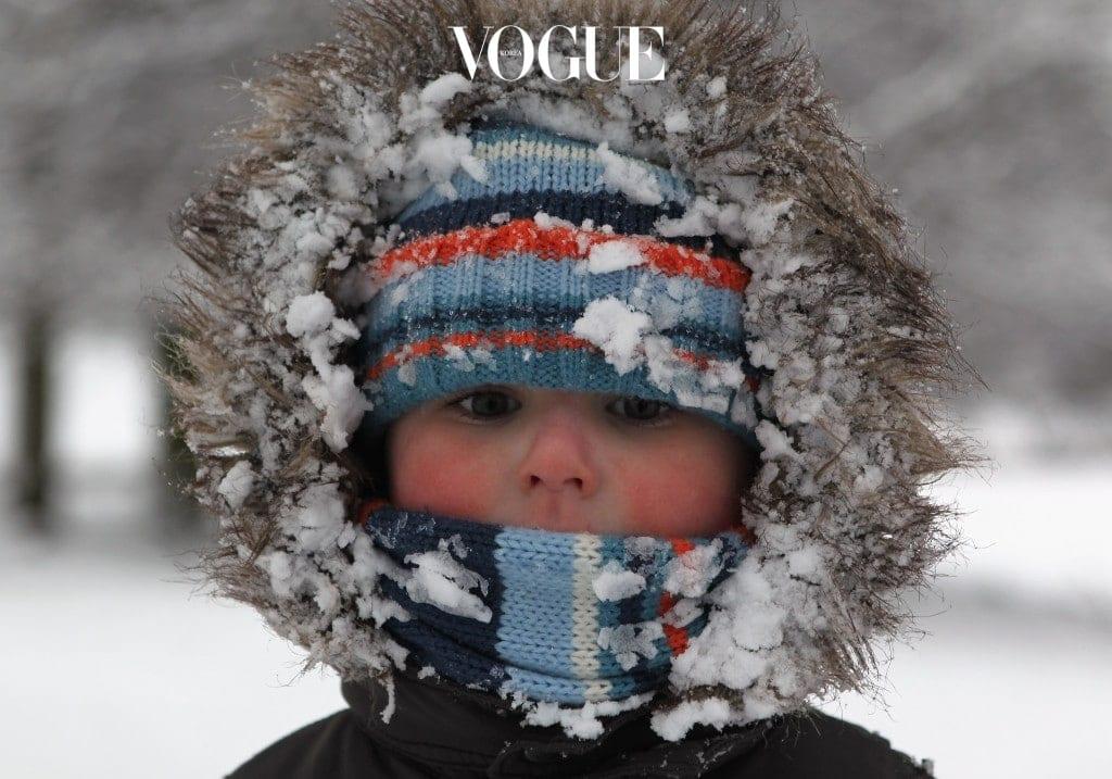 대한민국 여성의 90% 이상이 자신의 피부를 민감성 이라고 자가 진단한 가운데, 피부를 아기 살결처럼 재생시켜준다는 시카크림에 대한 관심은 자연스레 증가할 수 밖에 없었죠. 외부에서는 살벌한 눈바람으로, 내부에서는 건조한 히터 바람으로 혹사당하는 겨울이 오면서 집중도는 더욱 높아졌습니다.