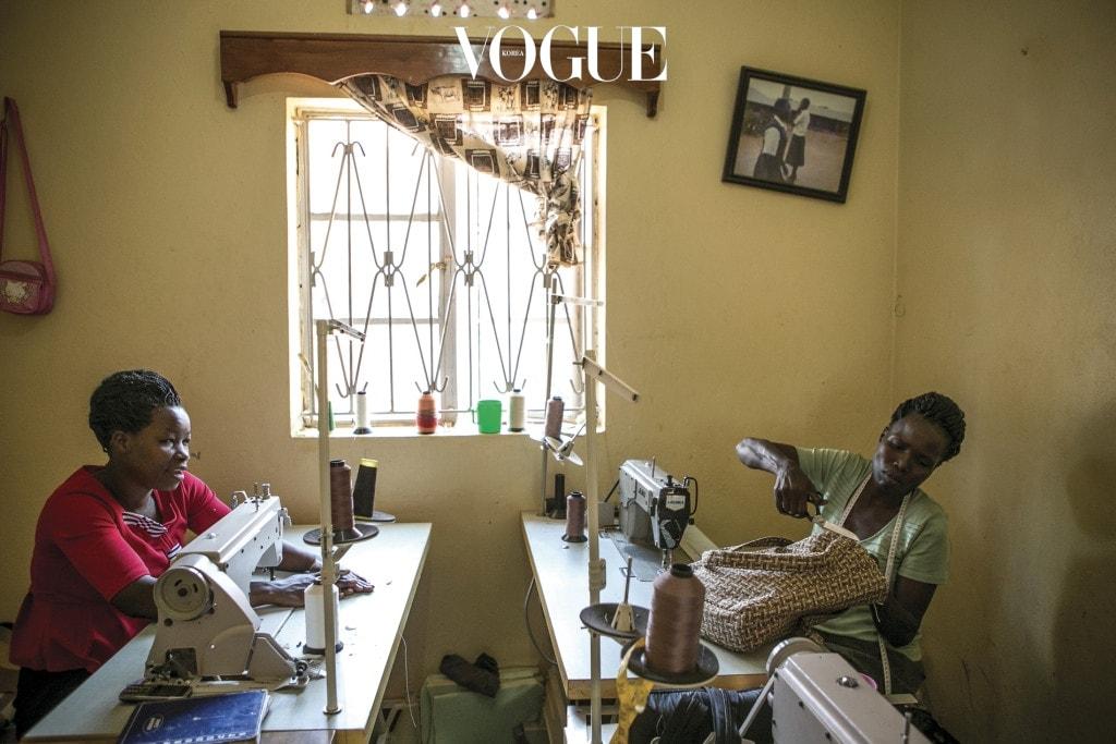 비키(왼쪽)가 '웬드 아프리카' 재봉실에서 가방을 만들고 있다. 비키는 12살 때 LRA에 납치되어 9년 동안 소녀병 및 성 노예로 지내다 극적으로 탈출했다.
