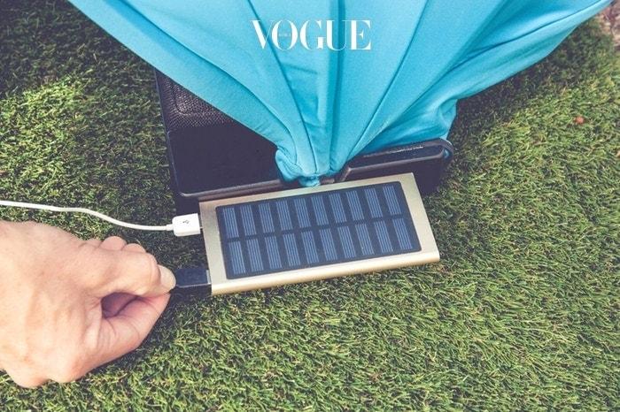원리는 단순합니다. 접었다 펼칠 수 있는 파라솔의 미니버전이라고 생각하면 쉽죠. 다만 태양열로 스마트폰을 충전할 수 있는 기능과,