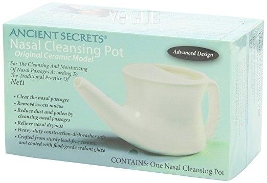 Ancient Screts 나잘 클렌징 팟 전통적인 방식의 세라믹 소재 코 세척기. 열탕 소독 및 식기세척기 사용이 가능하다. 17달러 선(아마존 닷컴에서 판매).