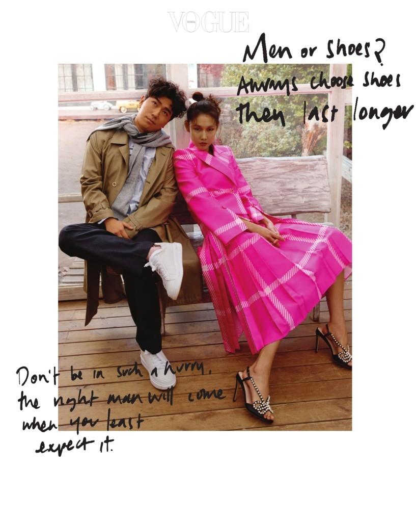 '서두르지 마. 언젠가 좋은 남자가 나타날 거야.' '남자랑 신발 중에? 신발이 낫죠. 적어도 오래가니까요.' 이시언이 입은 스트라이프 셔츠와 울 팬츠, 트렌치 코트, 흰색 운동화는 루이 비통(Louis Vuitton), 목에 두른 회색 니트는 프라다(Prada). 한혜진이 입은 핫 핑크 재킷과 플리츠 스커트, 진주 장식 샌들은 펜디(Fendi).