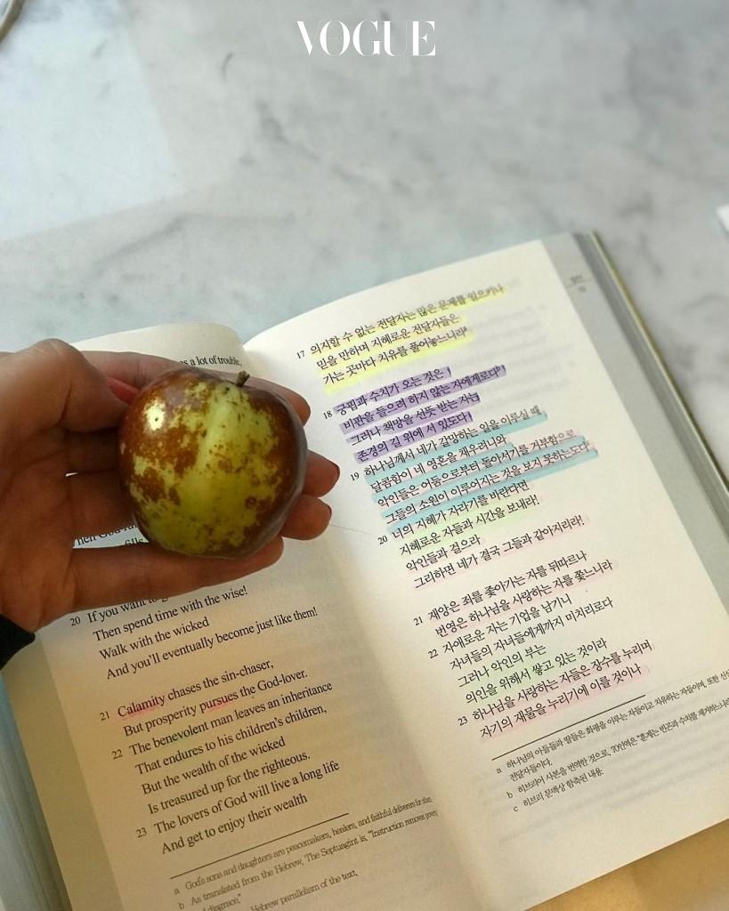 김사랑, 조보아, 채수빈… 여전히 틈이 날 때마다 책을 통해 마음의 평화를 얻고 차분함을 얻는 이들. @sarangkim.love