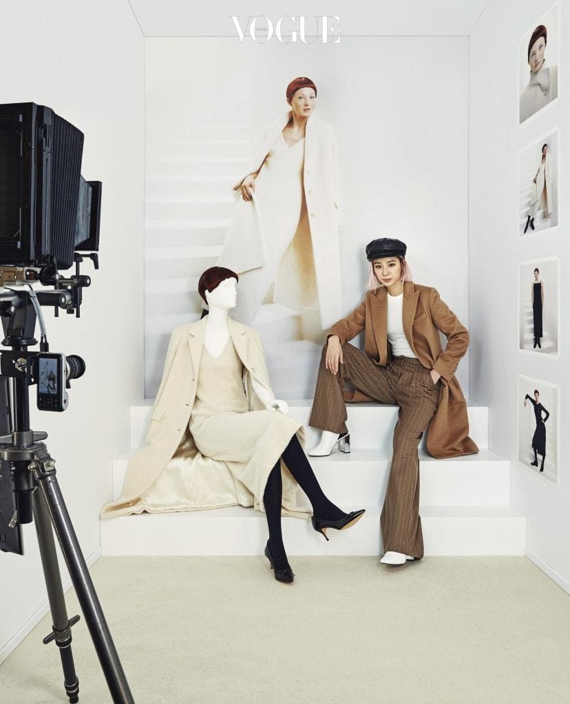 1990,s the set1990년대 '포토그래퍼의 스튜디오' 방에서 카메라를 응시하는 아이린. 관람객들이 직접 카멜 코트를 입고 사진의 주인공이 될 수 있었던 공간이다.