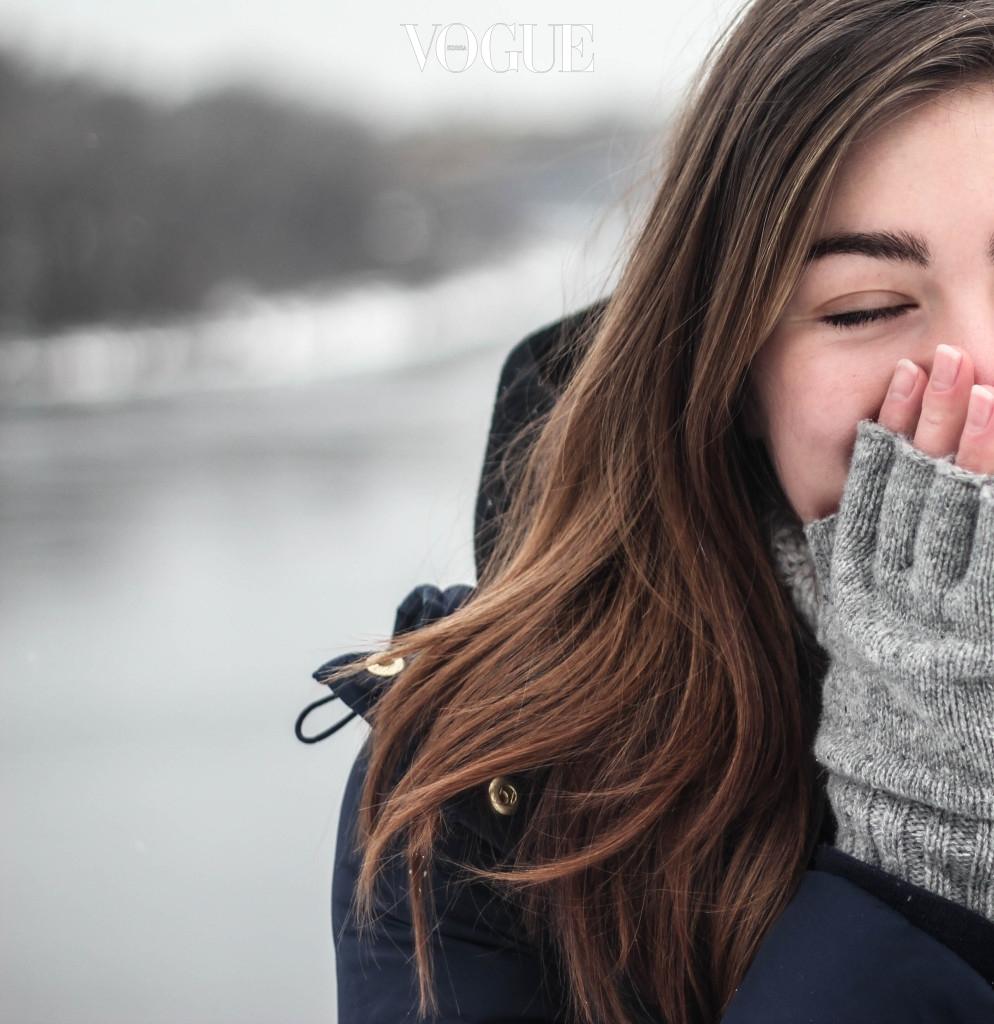 온몸을 감싸는 롱패딩을 입더라도 얼굴과 손은 취약 포인트. 추위에 몸을 지키려면 노출 부위를 줄여야 한다. 북유럽 영화에 겨울 장면이 등장할 때 괜히 등장인물들이 모자, 장갑, 목도리로 완전 무장을 한 게 아니다. 스타일 살리는 비니나 두꺼운 소재의 모자는 필수. 손의 체온이 낮다면 벙어리 장갑이 나은 선택. 필요할 때 편하게 두를 수 있는 울이나 아크릴 소재 목도리는 항상 소지할 것. 다양한 소재의 이어머프는 장시간 외부에 있을 때 유용한 아이템이다.