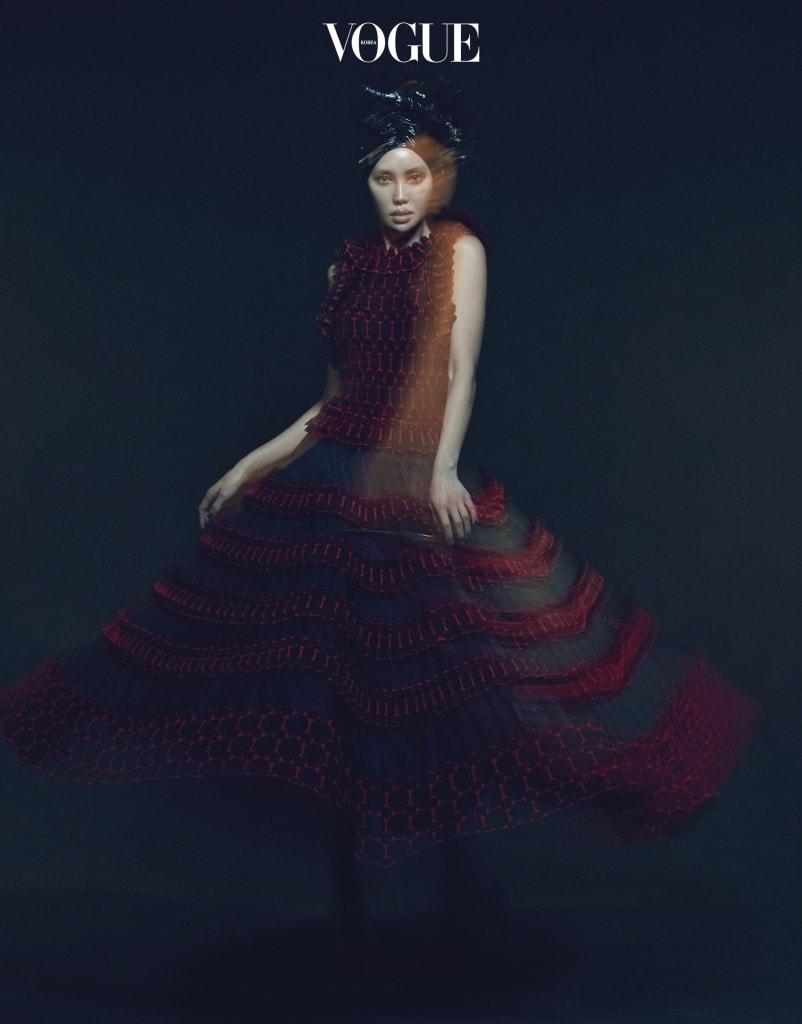 알라이아의 마지막 오뜨 꾸뛰르 쇼에 선보인 니트 드레스. 풍성한 볼륨과 그래픽 패턴을 조합해 우아한 이브닝 드레스로 승화시켰다.