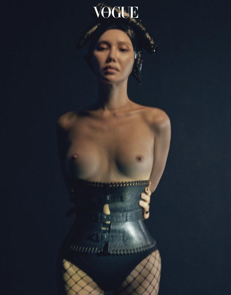 알라이아의 대표적인 디테일인 섬세한 레이저 커팅이 돋보이는 가죽 뷔스티에 벨트.
