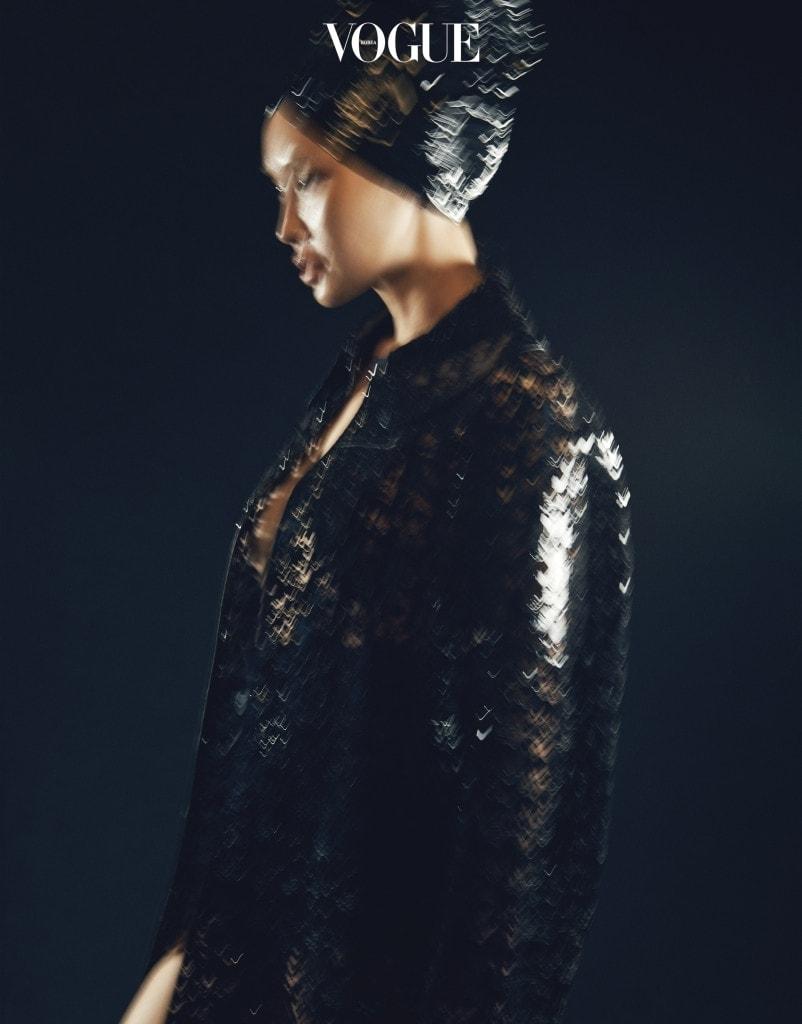 종이접기하듯니트를곱게접어 입체적으로 완성한 오뜨 꾸뛰르 드레스. 시스루 소재를 덧대 걸을 때마다 다리 실루엣이 드러나는 매혹적인 디자인.