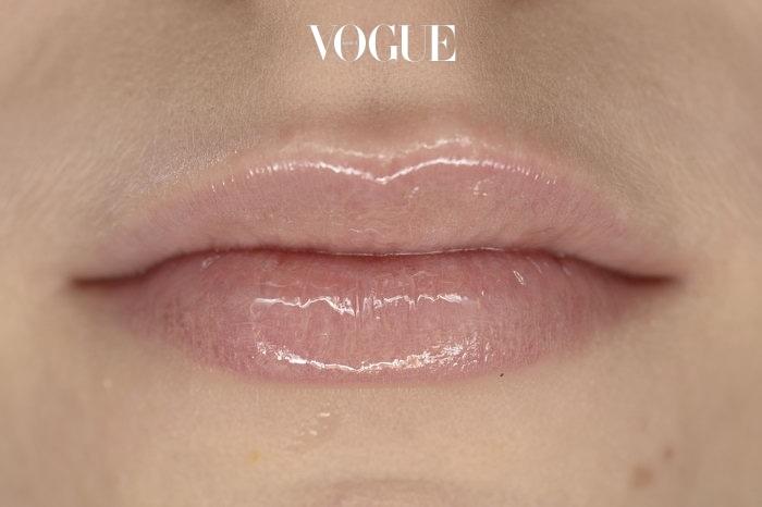 바셀린에 설탕을 섞어 립 스크럽을 만들어보세요. 놀랍도록 부드러워진답니다.