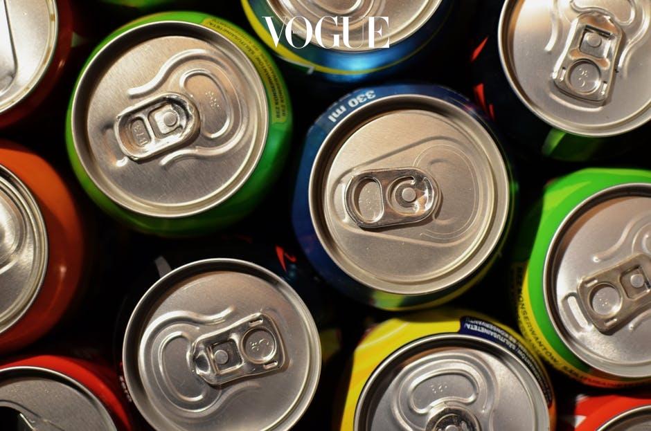 그러나 그거 아세요? 편의점에서 쉽게 만나볼 수 있는 '디톡스'를 표방하는 음료들은 칼로리는 적지만, 훨씬 많은 당을 함유하고 있다는 사실을요!