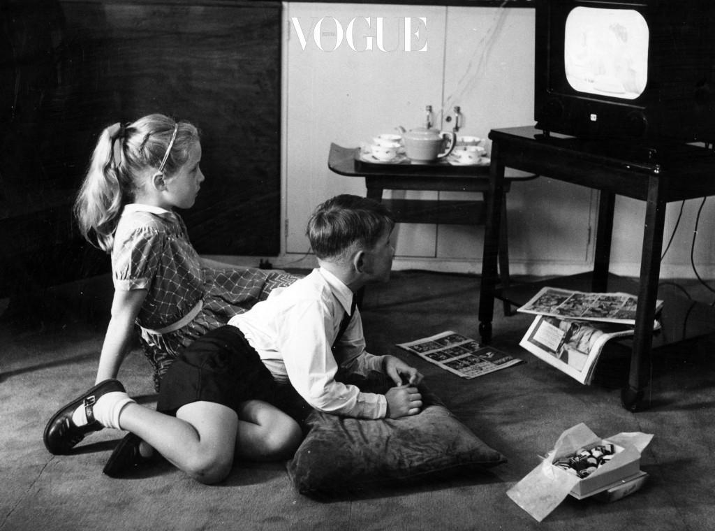 """어린 시절 TV 앞에 바짝 붙어 앉아 있으면 어느 샌가 등 뒤에 내리 꽂히는 엄마의 날카로운 목소리. """"눈 나빠져서 안경 쓸래?!"""""""