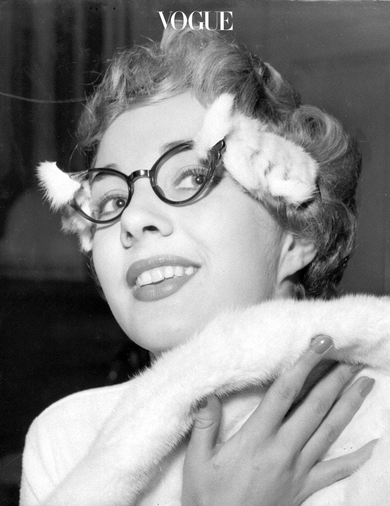 그리고 급기야 안경을 패션 소품으로 활용하는 어메이징한 일이 일어나게 된 거죠.