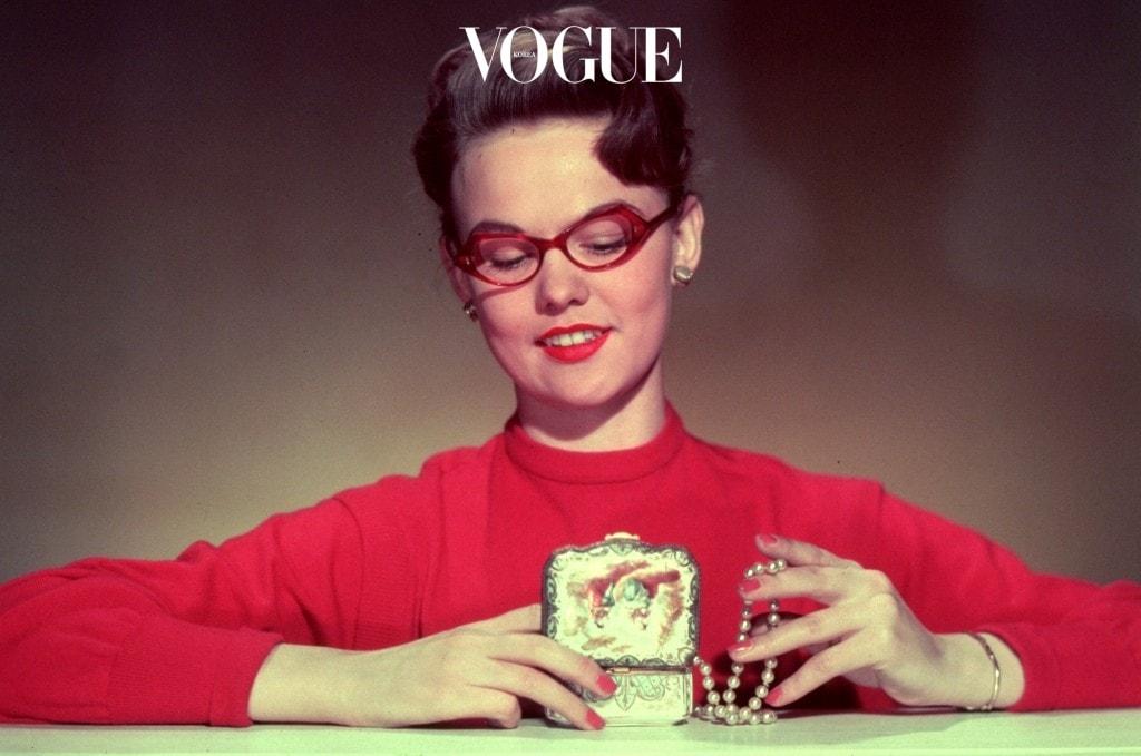 '스타일의 완성은 안경!' 이 공식에 푹 빠진  47명의 셀러브리티들을 지금 만나보시죠.