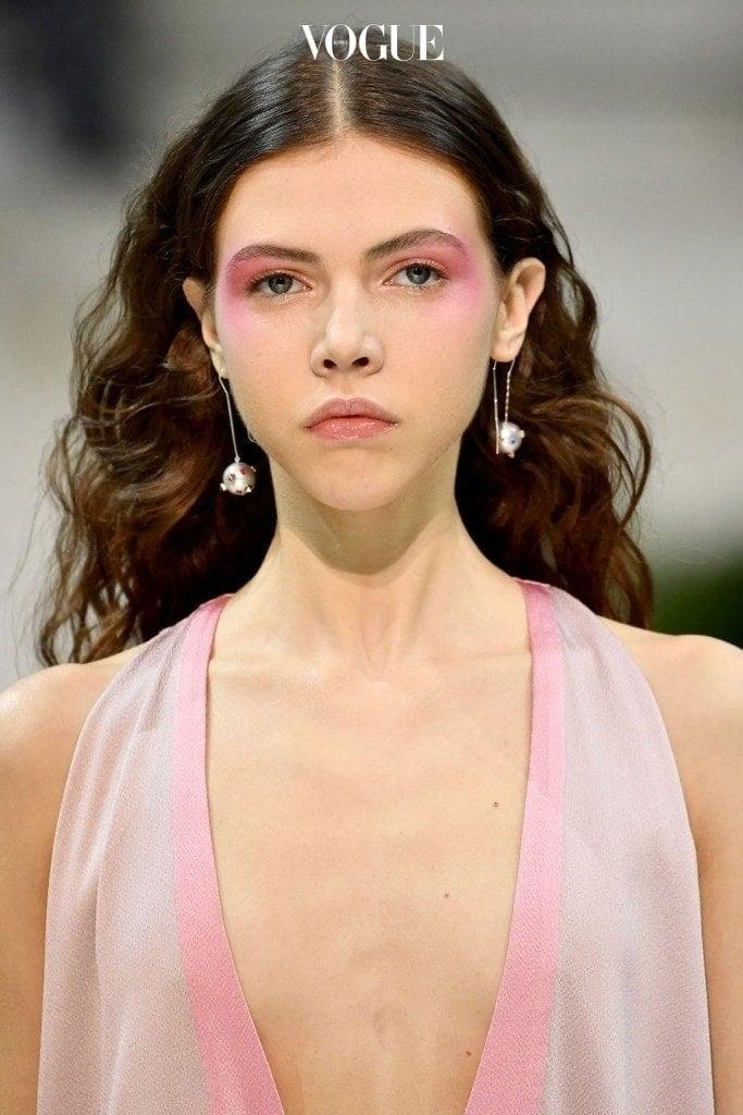 아쉽지만 컨투어링의 시대는 갔습니다. 이번 시즌 메이크업 아티스트들은 모델들의 치크에 과감한 컬러를 입혔습니다. 발렌티노 백스테이지의 팻 맥그라스는 펄이 함유된 핑크 블러쉬로 모델들을 얼굴을 클래식하게 물들였습니다. 샤넬의 톰 페슈는 강렬한 레드 색상의 블러쉬를 선택했죠.