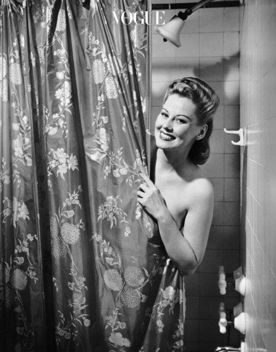 미국 보스톤 대학의 연구에 따르면 사람의 몸은 목욕 중 다량의 휘발성 화학물질을 피부로 흡수하게 된다고 합니다. 샤워 하면서 물을 마시지도 않는데도요? 네, 심지어 직접 마실때보다 약 6배나 더 많은 수치라고 하는군요.