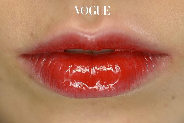 입술은 최대한 도톰하게 연출하는 것이 좋아요. 윗입술은 얇지만, 아랫입술은 촉촉하고 생기있게 연출합니다. 워터타입의 맑은 틴트를 사용하거나 촉촉한 윤기가 나는 립글로스를 사용하세요.