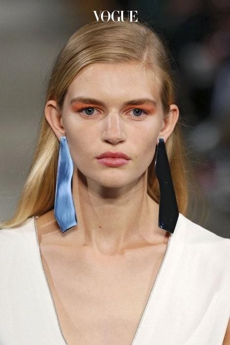 누군가 양쪽이 다른 귀걸이를 하고 나타나도, 뭔가 잘못된 것 같다며 아는척 하시면 안됩니다.