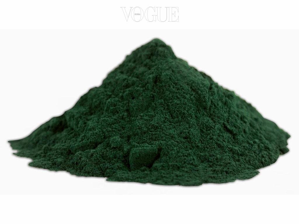 #청록색 조류 Blue Algae 스피룰리나(Spirulina)는 비타민, 미네랄, 철분 등 약 60여가지 영양소를 함유하고 단백질이 클로렐라 보다 더 많이 함유. 체내 독소 배출에 효과적이며 산화작용을 하는 테트라피롤 화합물도 갖추고 있어 일부 암 예방에 효과적. 특유의 청록색을 활용한 천연 색소로 활용되며 음료와 라떼, 아이스크림 등에 활용 중.