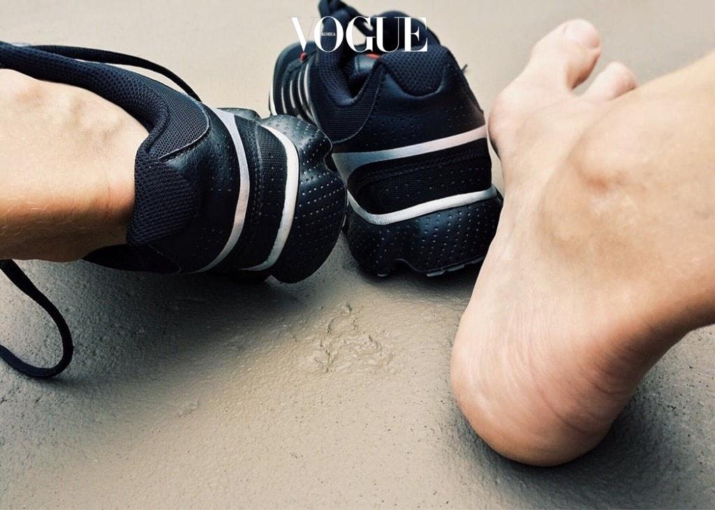 부츠나 어그 등 보온이 잘 되는 신발을 착용하기 때문인데, 이렇게 두텁거나 털으로 만들어진 신발들은 통풍이 쉽게 되질 않아 습한 여름만큼이나 발에서 악취가 쉽게 나거나 세균이 쉽게 번식한다고 해요.
