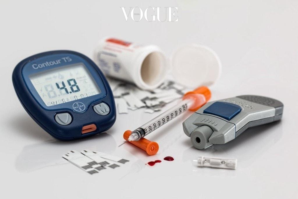 당뇨병은 인슐린의 분비량이 부족하거나 정상적인 능력을 떨어뜨리는 질병입니다. 약한 고혈당에서는 대부분의 환자들이 증상을 자주 느끼지 못하거나 그 기준이 모호해서 차마 당뇨병이라고 생각하기 어렵죠. 체내 혈당이 많이 올라가면, 곧 갈증이 나서 물을 많이 마시게 되고 때문에 소변량이 늘어 화장실을 자주 가게 됩니다. 그러나 오랜 기간 고혈당 상태가 유지되면 여러 합병증이 발생하는데 그 중 대표적인 것이 망막병증, 신경병증, 심혈관계 질환이 생기게 됩니다.