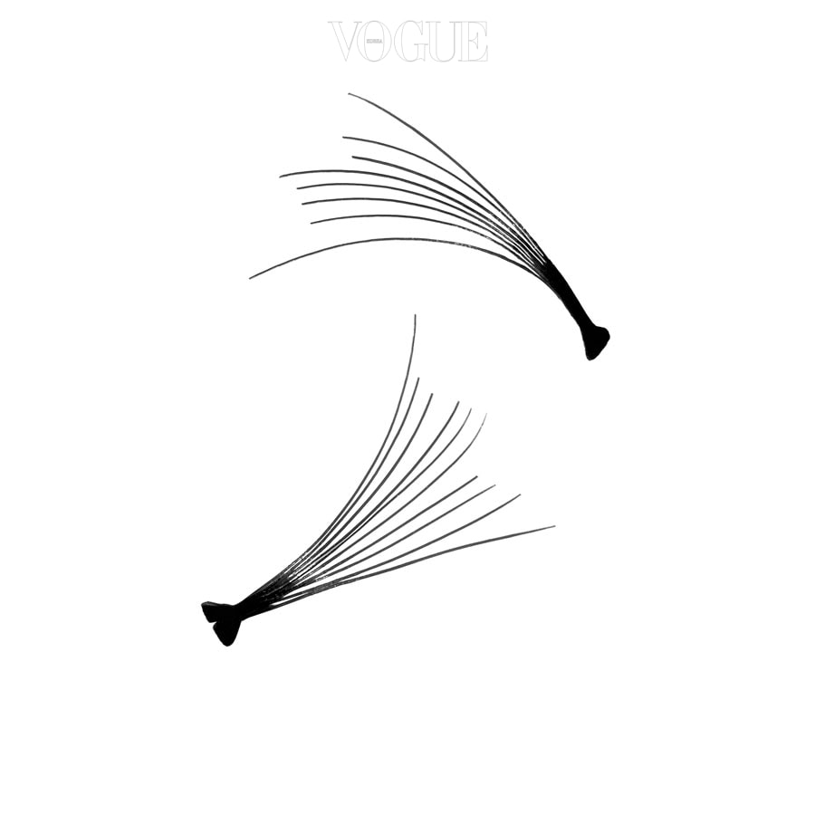 그윽한 눈매를 연출하거나 눈 길이를 좀더 길어 보이게 하고 싶다면 중간 길이의 작은 1-2개의 분할 속눈썹을 눈의 바깥쪽에 붙여주는 것이 좋습니다. 스크류 브러시로 중간중간 빗어주면서 빈 부분이 있다면 추가로 붙여주세요.